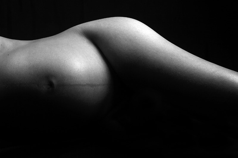 Schwangere liegt auf der Seite