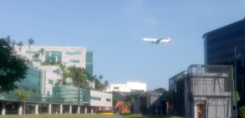 Flugzeug über dem Expogelände in Singapur