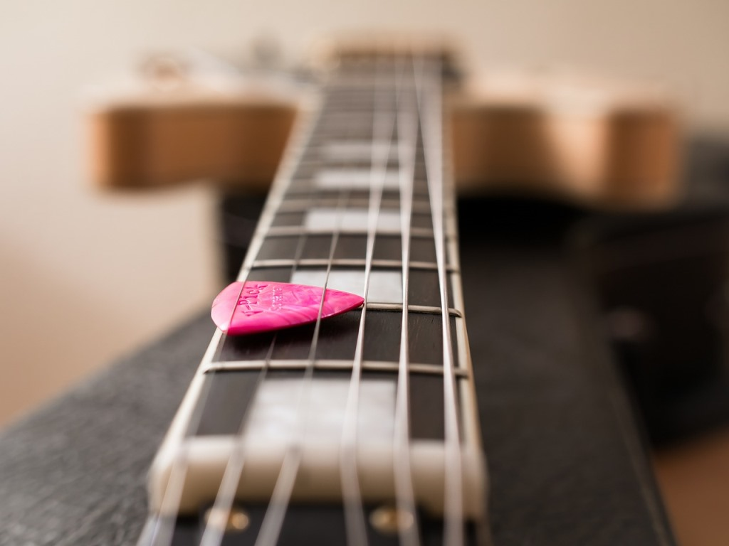 Gitarrensaiten halten Plektrum fest